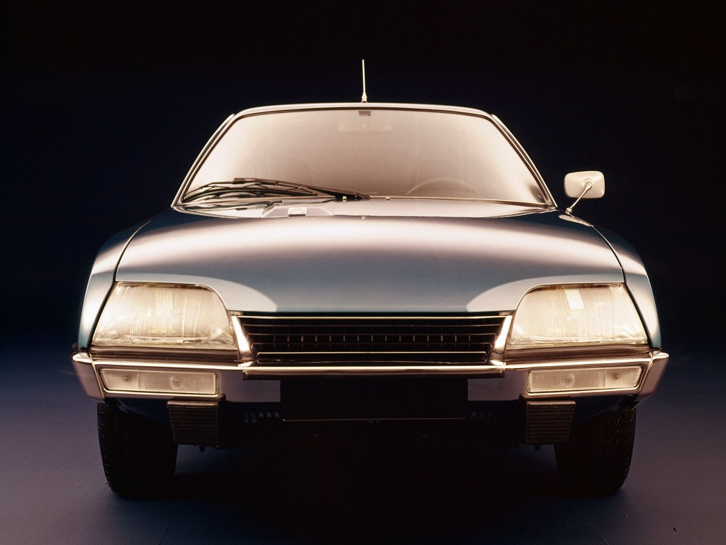 CX 2000 de présérie, reconnaissable au logo Citroën situé sur le bossage du capot comme sur la SM, et non au milieu de la calandre comme sur les modèles de série.