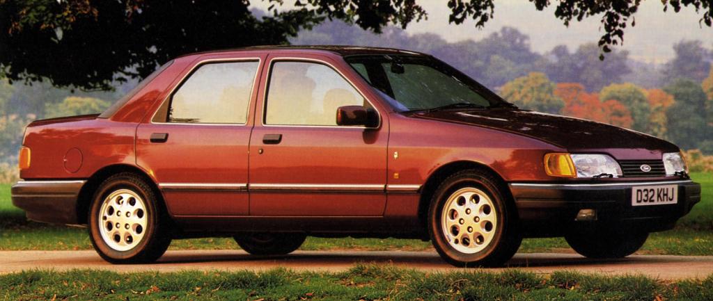 """Sierra restylée, en carrosserie """"3 volumes"""", dénommée Sapphire en Angleterre : le retour au classicisme. Phares conventionnels et non encastrés, grille de calandre à la place du museau tôlé et malle arrière avec des feux rectangulaires au lieu de trapézoïdaux."""