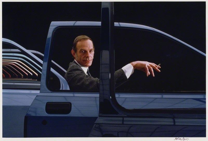 Uwe Bahnsen, portraituré par Alistair Morrison en 1983, devant... une portière de Sierra, dont il est le designer.