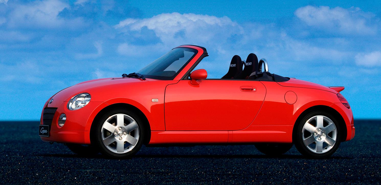 """La Copen de 2002, produite par Daihatsu, filiale de Toyota spécialisée dans les """"midget"""", et propulsée par un qutre-cylindre 659 cm3, turbocompressé, avec culasse 16 soupapes et injection électronique ! Tout ça pour seulement 64ch..."""