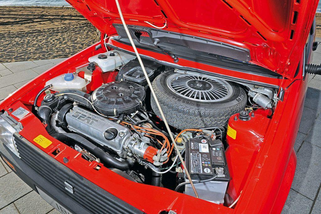 Le moteur System Porsche rentre avec un chausse-pied sous le capot de l'Ibiza. Notez la roue de secours chaussée large, avec sa jante en alliage, qui encombre le compartiment moteur.