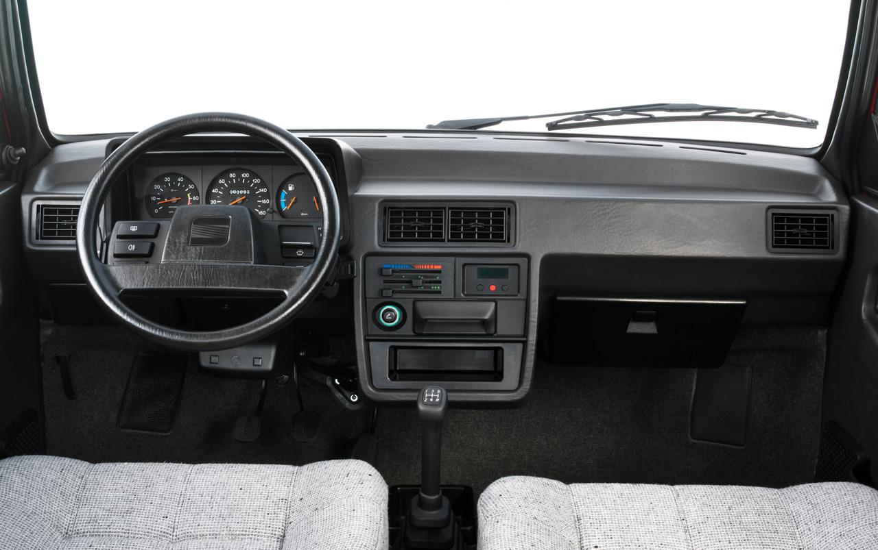 Noir c'est noir ! La finition et la qualité des matériaux sont du même niveau qu'une Volkswagen de l'époque. On remarque également que le volant n'est pas dans l'axe du pédalier...